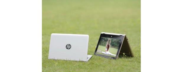 """Người mẫu """"đọ dáng"""" cùng laptop biến hình HP Pavilion X360"""